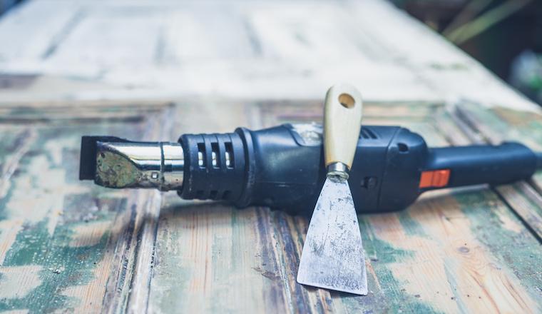 Jak odstranit ze dřeva staré nátěry